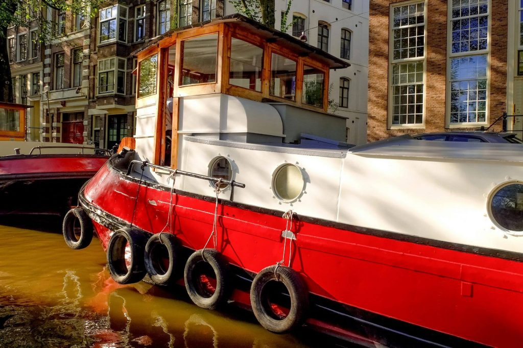 voyage-groupe-visite-amsterdam-barge-houseboats-amsterdam-authentic-canal (1)