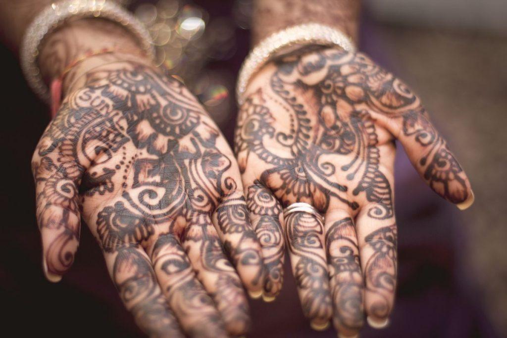 Morocco-henna-hand-woman-growing tradition